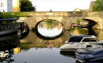 Folly Bridge in Oxford viewed from the water - picture credit: Terry Ballard (https://commons.wikimedia.org/wiki/User:Terryballard)